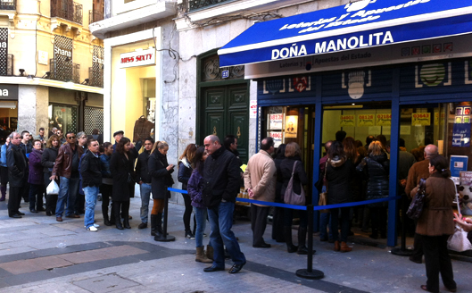 Colas organizadas a la puerta de la lotería de Doña Manolita (Fuente: http://josemanuelvega.files.wordpress.com/2012/11/doncc83amanolita.jpg)