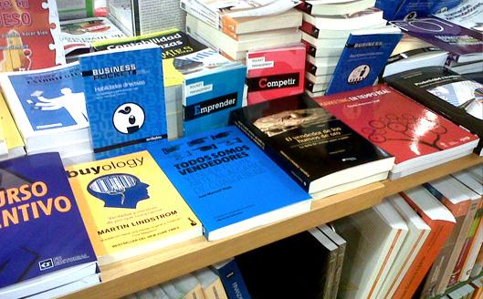 """""""Todos somos vendedores"""" en la mesa de destacados de La Casa del Libro de Barcelona"""