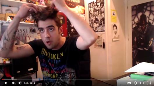 AuronPlay tocandose el pelo